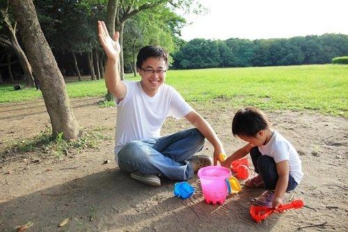 Bố mẹ hãy vui chơi cùng bé thường xuyên