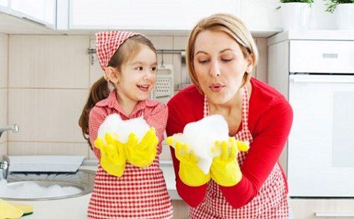 Dạy cho con làm những công việc nhà đơn giản cùng bố mẹ