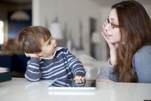 Nói chuyện với bé có thể kích thích sự phát triển của não bộ