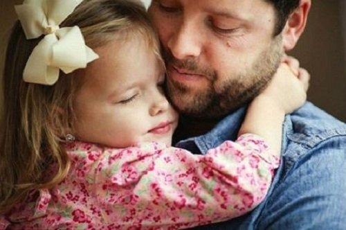 Những cái ôm không chỉ là tình yêu thương mà còn là món quà của bố mẹ dành cho bé