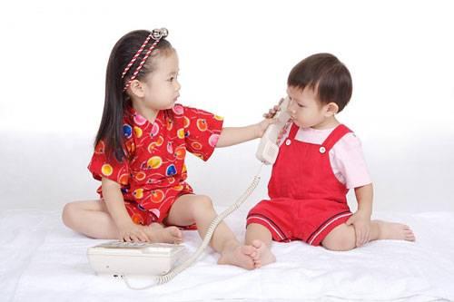 Hãy để trẻ được tiếp xúc gần gũi với em của mình