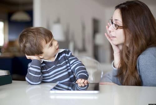 Bé thường bắt chước hành động của bố mẹ và mô phỏng theo