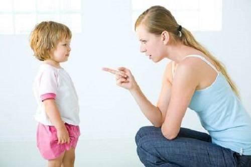 Không nên quát to và mắng bé