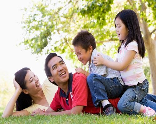 Cha mẹ vui chơi cùng con cái