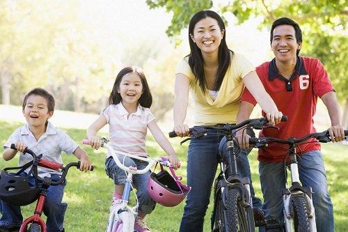 Cha mẹ cùng bé tham gia các hoạt động cộng đồng