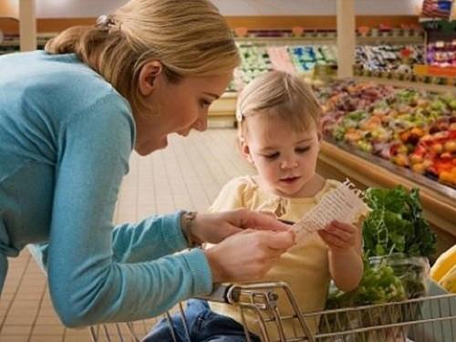 Dẫn trẻ đi mua sắm để giúp trẻ biết cách chi tiêu hợp lý