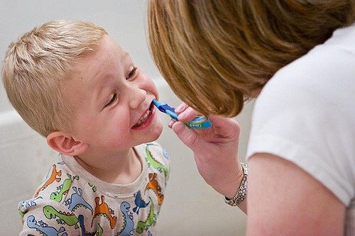 Những lời khen ngợi từ cha mẹ sẽ là động lực giúp trẻ tự giác đánh răng