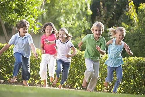 Cho trẻ tham gia hoạt động sinh tồn