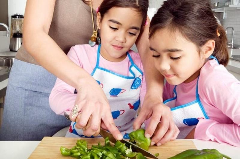 Những bài học tuyệt vời mà cha mẹ nên dạy con ngay từ căn bếp